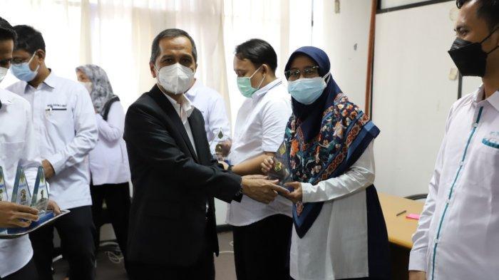 Rektor Universitas Lampung Berikan Penghargaan Tendik Terbaik dan Dosen Berprestasi 2021