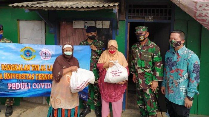 Universitas Teknokrat Indonesia bersama TNI- AL Lampung Bagi Paket Sembako ke Warga Pesisir Pantai
