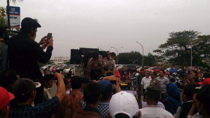 Massa Pro Kontra Dugaan Politik Uang Pilgub Lampung Unjuk Rasa di KPK dan Bawaslu