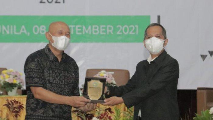 Menteri Koperasi dan UKM Serahkan Bantuan Pengembangan Inkubator kepada Rektor Unila Prof Karomani