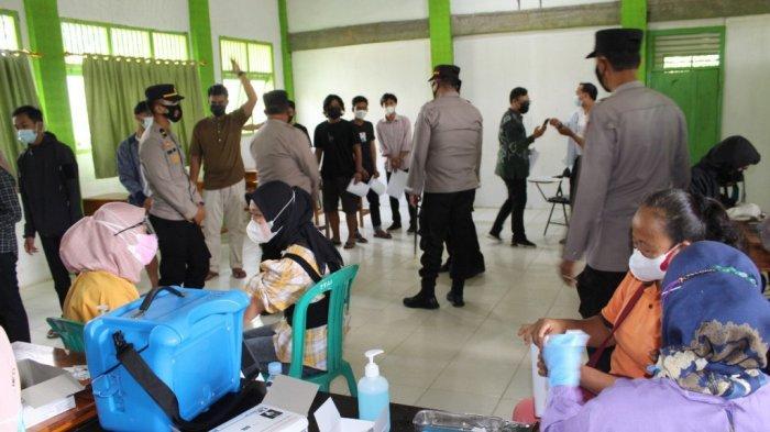 Kapolres Way Kanan Lampung AKBP Binsar Manurung Tinjau Vaksinasi Covid-19 di STAI Al Ma'arif