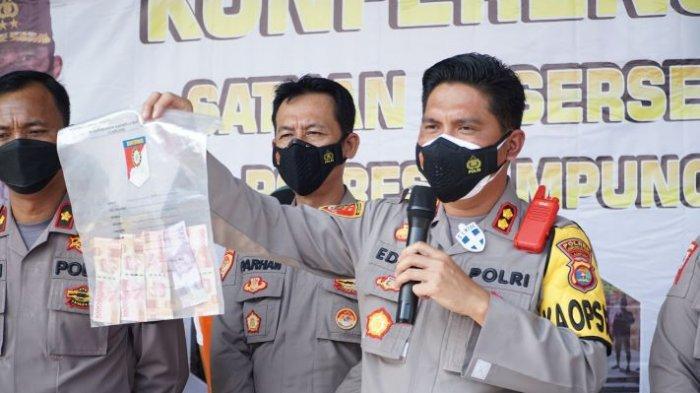 Kapolres Lampung Selatan AKBP Edwin menunjukkan barang bukti kasus pungli, Jumat (16/7/2021).