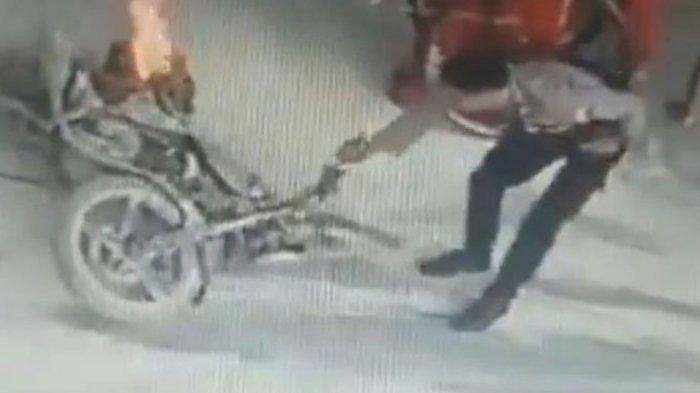 Viral Aksi Heroik Polisi Padamkan Motor yang Terbakar di SPBU Situbondo