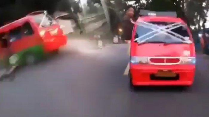 Viral Video Sopir Angkot Ugal-Ugalan Berujung Tabrakan Fatal