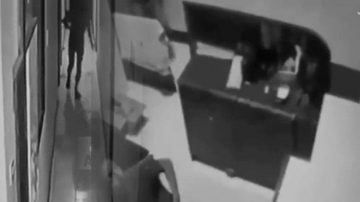 Viral Detik-detik Selebgram Ari Pratama Minta Tolong hingga Tewas di Depan Resepsionis Hotel