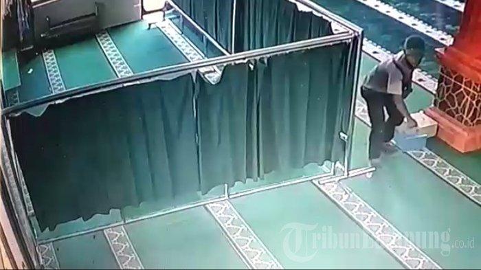 Viral di Media Sosial, Aksi Pencurian 2 Kotak Amal Dalam Masjid di Lampung Selatan