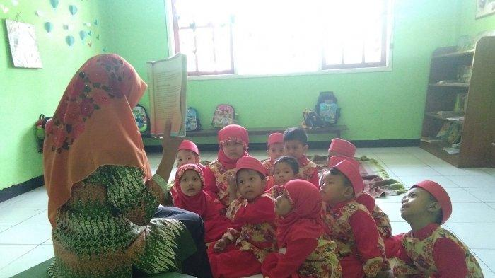 Viral Guru TK asal Mojokerto Diremehkan Karena Gaji Kecil
