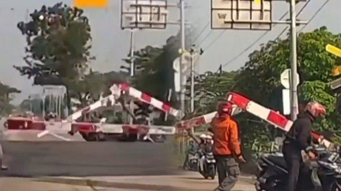 Viral Pengendara Motor Melamun Tabrak Pintu Perlintasan KA di Klaten hingga Patah