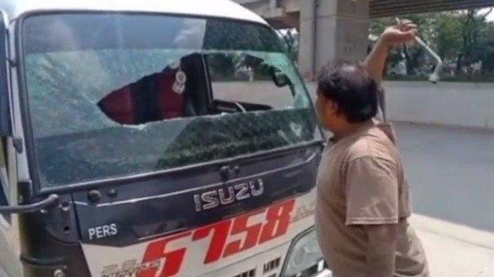 Viral Sopir Minibus Pecahkan Kaca Mobil, Kecewa Aturan Larangan Mudik
