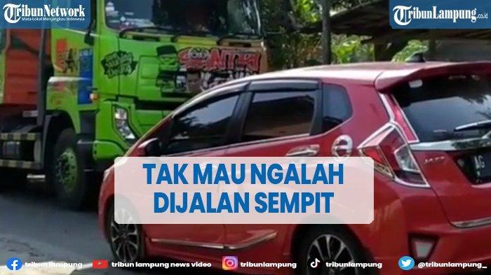 VIRAL Truk vs Honda Jazz di Jalan Sempit, Sama-sama Tak Mau Ngalah