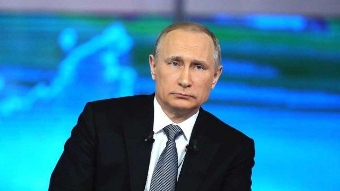 Presiden Rusia Vladimir Putin  Panen Kritik Gara-gara Payung di Final Piala Dunia 2018