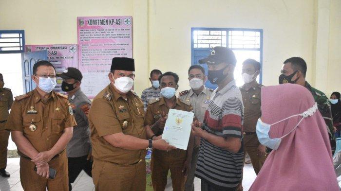 Wabup Lamtim Azwar Hadi Bagikan 753 Sertifikat PTSL di Empat Desa