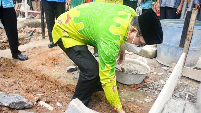 Walikota Metro Lampung Wahdi Lakukan Peletakan Batu Pertama Pembangunan Rumah Tidak Layak Huni