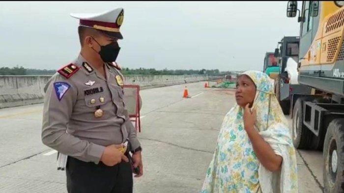 Wanita Pakai Mukena Kedapatan Berjalan Kaki di Tol Lampung, Ini Pengakuannya kepada Polisi