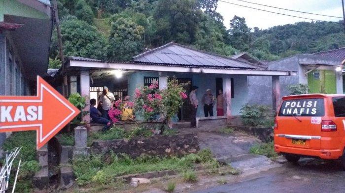 Warga Dobrak Pintu Kamar untuk Evakuasi Korban Gantung Diri di Bandar Lampung