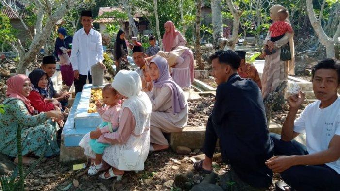 Warga Kota Agung masih Banyak Jalankan Tradisi Ziarah saat Idul Fitri