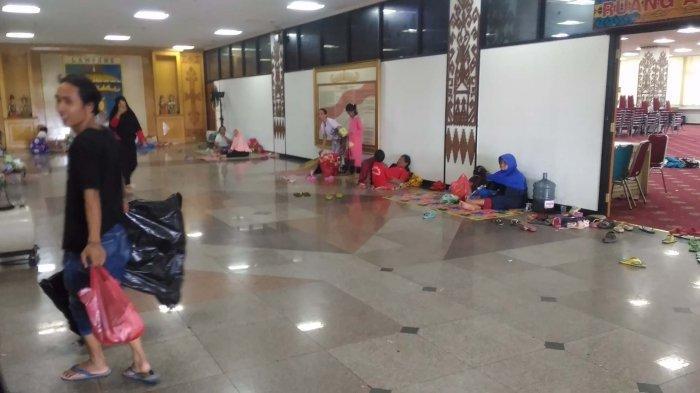 UPDATE TSUNAMI LAMPUNG - Sebagian Warga Masih Bertahan di Balai Keratun: Takut Kalau Ada Apa-apa