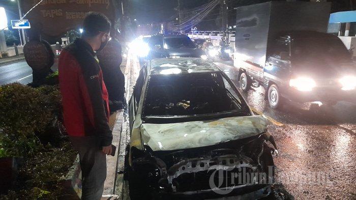 Kondisi mobil yang terbakar di Bandar Lampung, Selasa (4/5/2021) malam. Satu unit mobil Toyota Vios terbakar ludes di Jalan Teuku Umar Kedaton Bandar Lampung tepatnya di depan kantor PTPN 7, Selasa (4/5/2021) malam.
