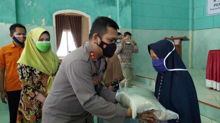 Warga Miskin di Tanggamus Lampung Mulai Terima Beras 10 Kg