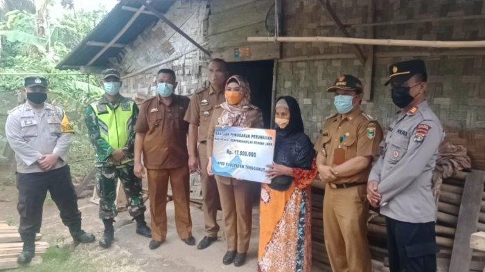 Bupati Dewi Handajani Serahkan Bantuan Bedah Rumah untuk 12 Penerima