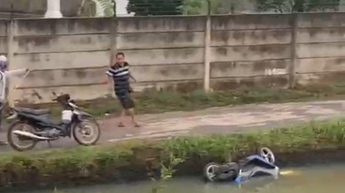 Tercemplung di Kolam, Motor Diduga Hasil Pencurian Ditemukan Warga  Bandar Lampung