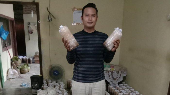 Warga Pringsewu Miftahul Tawarkan Baglog Jamur Tiram Rp 2.500