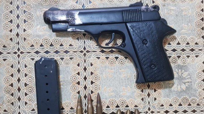Tantang Polisi Geledah Rumahnya, Warga Seputih Mataram Kedapatan Simpan Pistol di Bawah Rak Piring