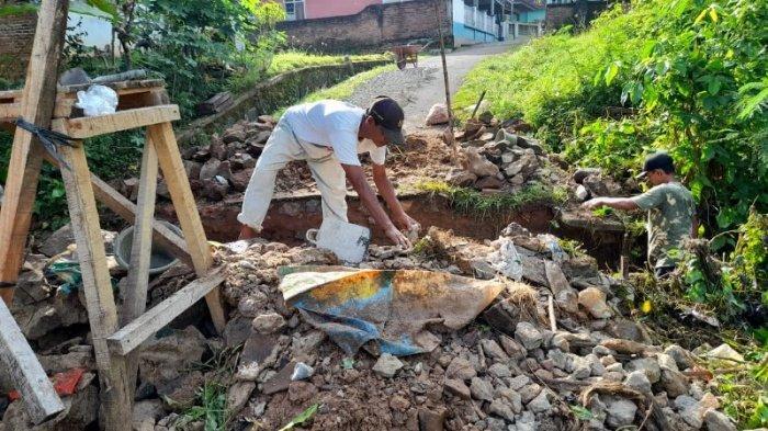 Warga Sribasuki Lampung Utara Gotong Royong Perbaiki Gorong-gorong Rusak