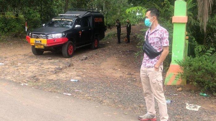 Angggota dari Jihandak Satbrimob Polda Lampung saat melakukan evakuasi dan pemusnahan benda diduga granat itu di bangunan tua dekat lokasi penemuan di kebun karet di Way Kanan, pada Sabtu (5/12/2020). (Dokumentasi Polisi)