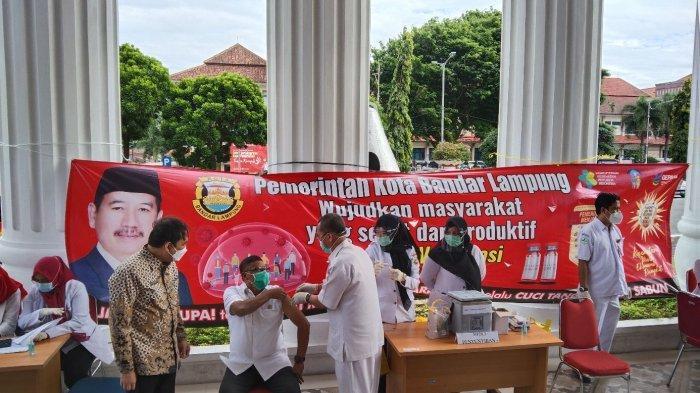 Herman HN Tak Disuntik, Wiyadi Jadi Penerima Vaksin Covid-19 Perdana di Bandar Lampung