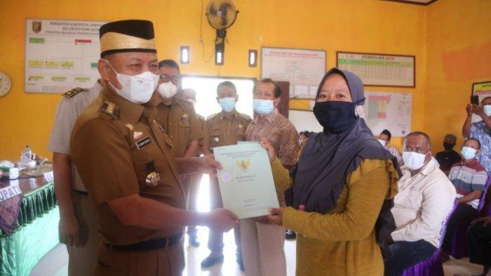 Wujudkan Pelayanan Warga Lampung Timur, Bupati Dawam Bagikan Sertifikat Redistribusi Tanah