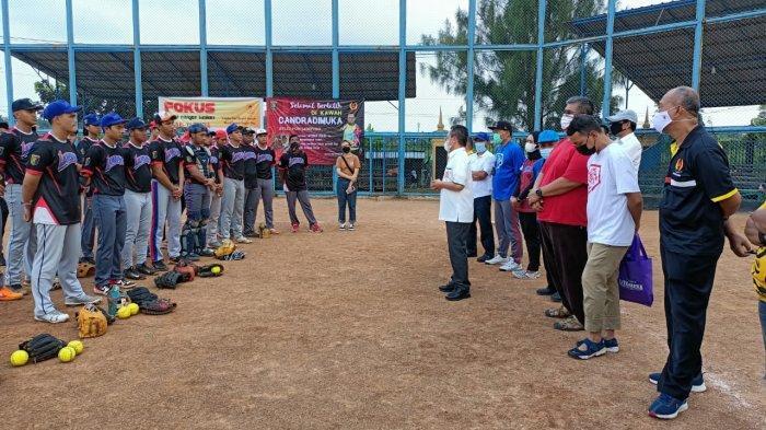 Ketua KONI Lampung M Yusuf Sulfarano Barusman saat meninjau latihan cabang olahraga sofbol dan bisbol di kompleks PKOR Way Halim, Bandar Lampung, Selasa (20/4/2021) lalu.