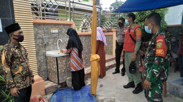 Cegah penyebaran Covid-19, Babinsa Koramil 410-05/TKP Pantau Prokes Pelaksanaan Pernikahan Warga