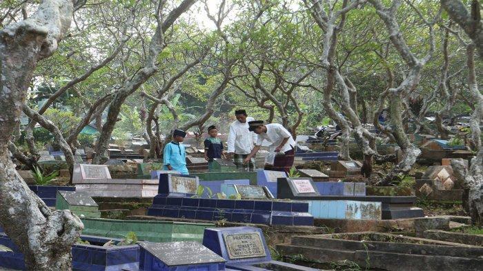 FOTO Tradisi Ziarah Kubur, Sejumlah Keluarga Tak Patuhi Protokol Kesehatan