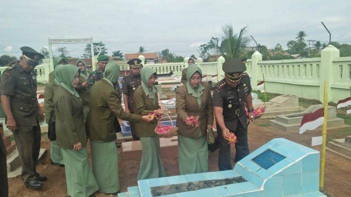 Peringati Hari Juang TNI AD, Rombongan Kodim 0427/Way Kanan Ziarah ke Komplek Pemakaman Veteran