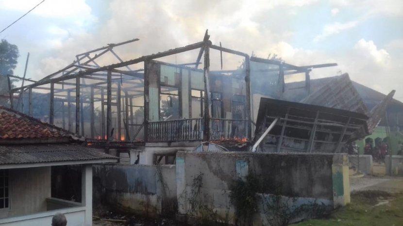 Video Rumah Panggung Tak Berpenghuni Di Blambangan Pagar Ludes Terbakar Tribun Lampung