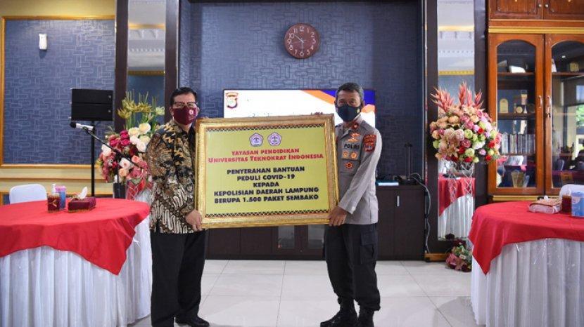 mahasiswa-teknokrat-indonesia-serahkan-bantuan-1500-paket-sembako-ke-polda-lampung.jpg