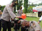 75-personel-polres-way-kanan-terima-kenaikan-pangkat-kapolres-pimpin-tradisi-siraman.jpg