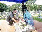 ahy-dan-keluarga-ziarah-ke-makam-ani-yudhoyono.jpg