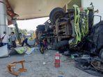 alami-rem-blong-truk-fuso-hantam-spbu-dan-8-kendaraan-di-jalinsum-2-luka-berat.jpg