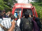 ambulans-yang-membawa-jasad-angeline-8_20150610_215346.jpg