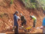 anggota-tni-babinsa-koramil-422-06sumber-jaya-bergotong-royong-membangun-jalan-wisata.jpg