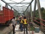 antisipasi-pemalakan-polres-lampung-utara-kawal-perbaikan-jembatan-jalinteng-km-123-124.jpg