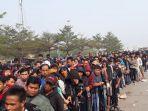 antrean-tiket-laga-timnas-indonesia-versus-uea_20180824_104040.jpg