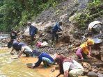 banjir-membawa-berkah-sungai-di-desa-ulunggolaka-mendadak-dipenuhi-emas.jpg
