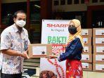 bantu-atasi-dampak-pandemi-covid-19-sharp-indonesia-donasikan-500-sembako.jpg