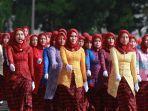 berita-foto-ribuan-emak-emak-pakai-kebaya-sulam-usus-ikut-upacara-bendera-2.jpg
