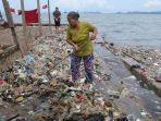 bmkg-prediksi-air-laut-pasang-perlahan-surut-warga-pesisir-sukaraja-mulai-bersihkan-sampah-2.jpg