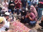 duka-keluarga-korban-hanyut-di-sungai-way-besai-way-kanan-almarhum-tri-sosok-suka-menolong.jpg