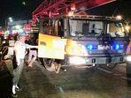 evakuasi-badan-truk-fuso-yang-lakalantas-di-pintu-tol-lampung-gunakan-crane.jpg
